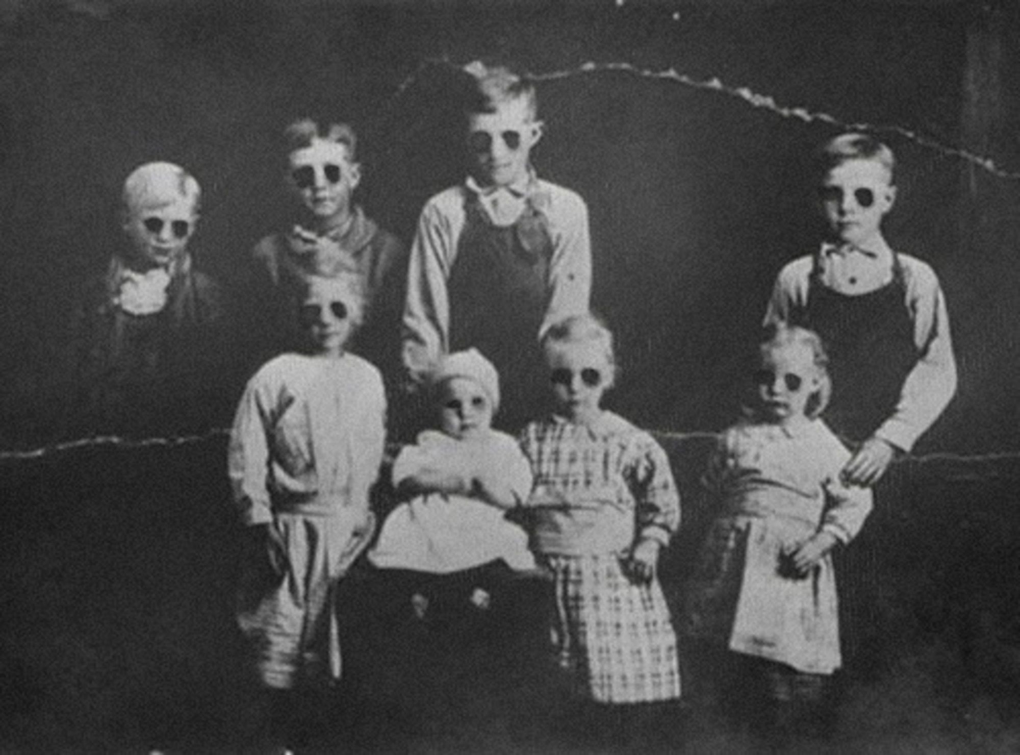 -http://static3.therichestimages.com/cdn/568/420/90/cw/wp-content/uploads/2014/10/Old-Creepy-Photos-Black-Eyed-Kids.jpg