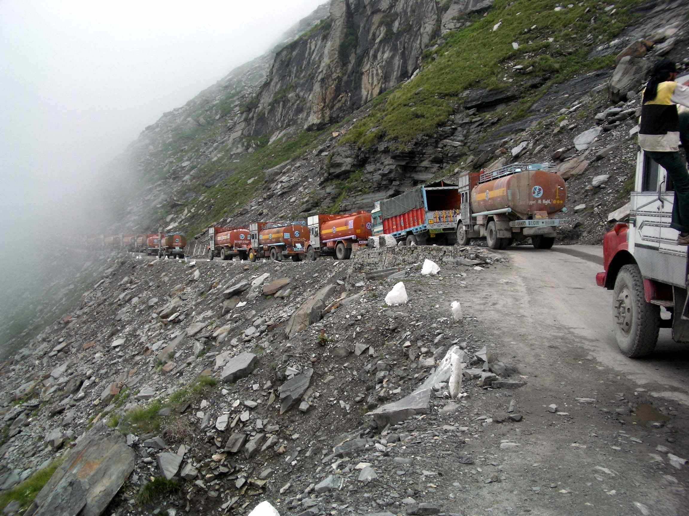 Traffic_jam_on_road_to_Rohtang_Pass